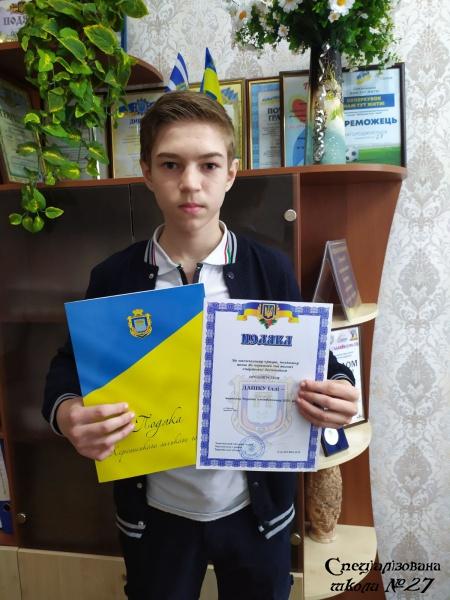Мер Херсона Ігор Колихаєв нагороджує кращого чемпіона школи №27